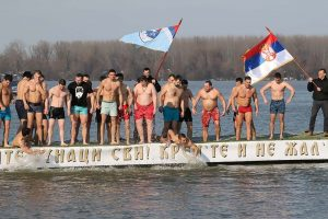 Сербская традиция на Крещение: плавание за Крестом