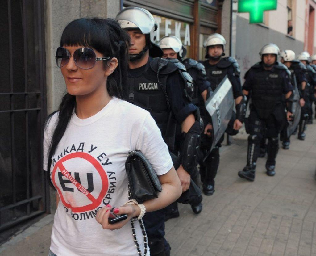 Противники евроинтеграции на лицах Белграда