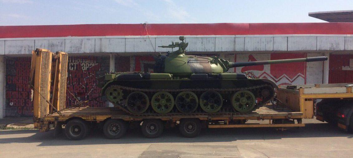 Танк Т-55 у стадиона в Белграде